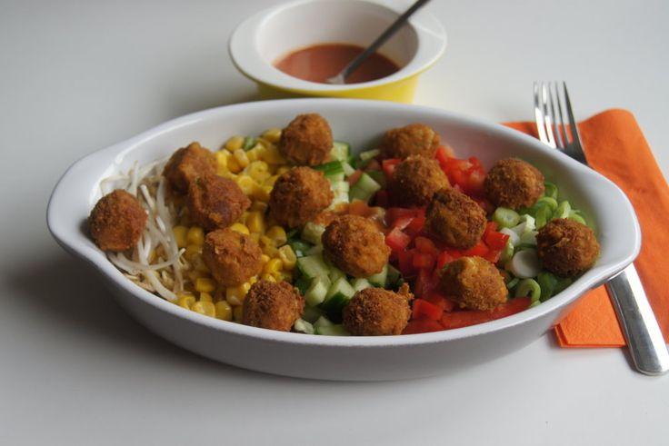 Gemischter Salat mit Falafelbällchen und Tomaten - Dressing - Vegan einfach