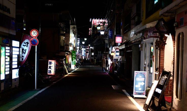 Harajuku Girls, Lost in translation och körsbärsblomning. De populärkulturella kopplingarna till staden där dåtid, nutid och framtid blandas är oändliga. Här är kulturkrockarna som störst, geishor sida vid sida med poppiga kids från Harajukupå tunnelbanan, sakedrickandeaffärsmän skrattar ikapp med tonåringar klädda i Hood by Air på rökiga izakayor. Den japanska huvudstaden är sitt egna lilla universum. Absolut vackrast är det såklart under körsbärsblomningen i mars/april men staden fun...