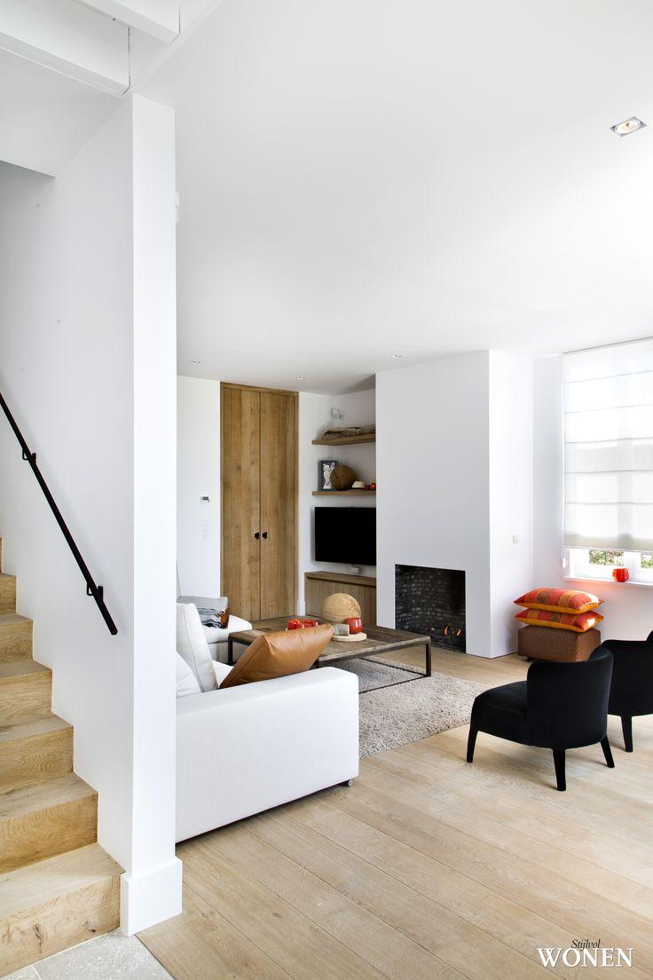 Stijlvol Wonen: het magazine voor warm-hedendaags wonen - ontwerp: Oscar V - fotografie: Sarah Van Hove #blackwhite #leefruimte #zitkamer #trap