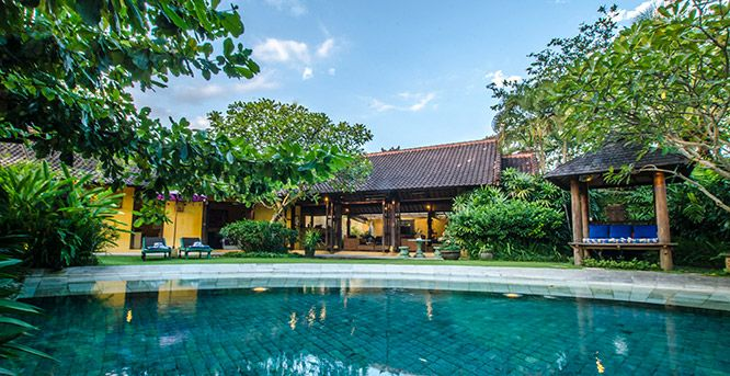 Villa Jeruk 1: 2bedrooms, sleeps 4 Affordable 2x king size, air-conditioned bedrooms with ensuite bathrooms Lush tropical garden and pool Located between Seminyak and Canggu Daily housekeeping Free WiFi