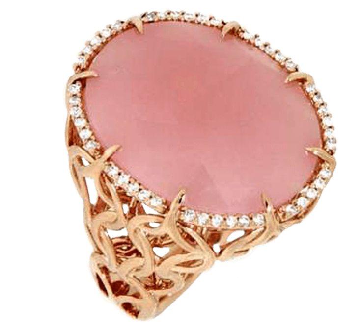 Девичья легкость, роскошь золота и бриллиантов и безупречный вкус в изделиях бренда нашли свое проявление в этом изделии. Изощренные узоры из золота, блеск мелких бриллиантов и розовое матовое плотно полудрагоценного минерала. Все это делает золотое кольцо настоящей розовой мечтой. Более того, для поклонников цвета фламинго есть замечательная новость: носить розовое кольцо не столь опасно как ходить в розовых очках…