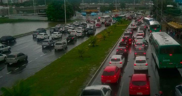Chuvas deixam vias alagadas e  trânsito lento em Salvador