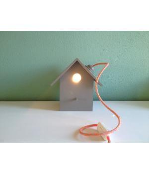 Superleuk voor op een babykamer of kinderkamer, maar ook voor volwassenen is het natuurlijk enig! Dit grijze vogelhuislampje is 15 x 19 x 20 cm. Het huisje wordt exclusief lampje geleverd. Het twee meter lange (strijkijzer)snoer is in een fluoriseren...