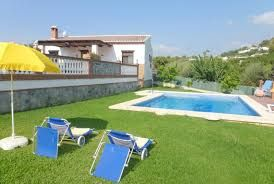 Villa indépendante avec piscine privée, ample zone extérieure et jardin avec pelouse, située dans un environnement naturel