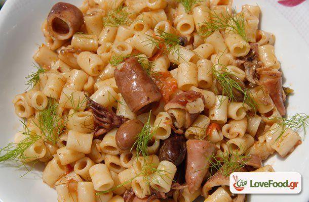 Μακαρονάκι με καλαμαράκια κον(σέρβα) συνταγή από το loveFood. Δείτε και δοκιμάστε Συνταγές Μαγειρικής που αγαπάμε!