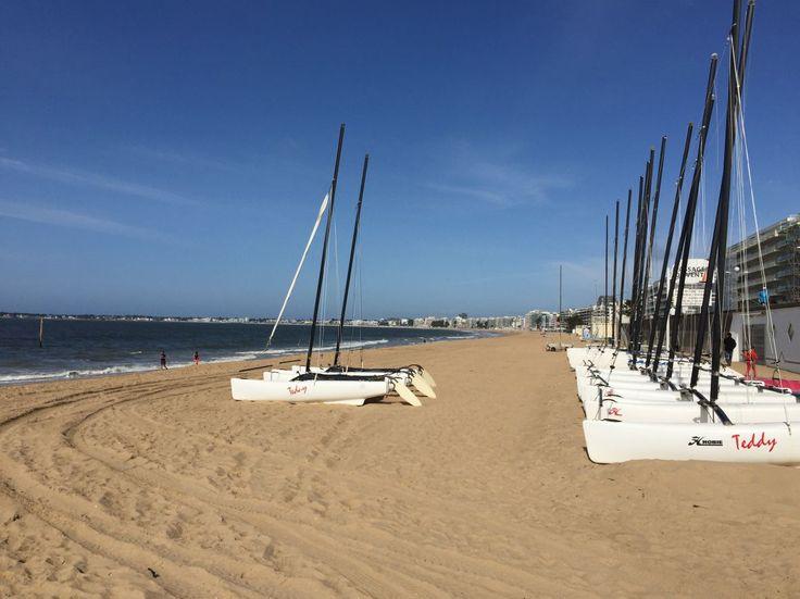 On trouve plusieurs écoles de voile sur la plage de La Baule.