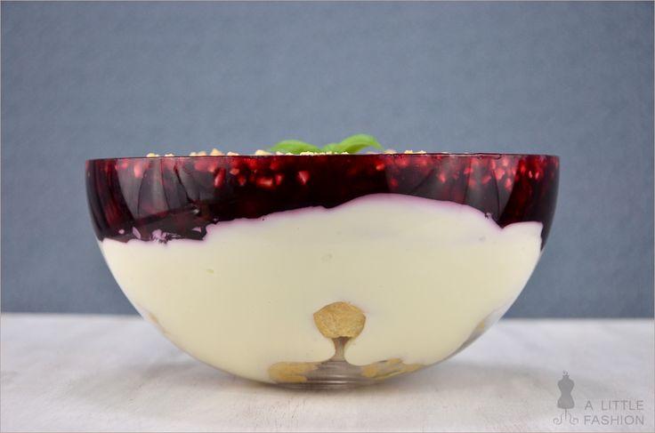Super einfach - super lecker: Windbeutel-Schicht-Dessert. (Variante: gefrorene Himbeeren statt rote Grütze, einmal durchgerührt ziehen lassen, fertig!)