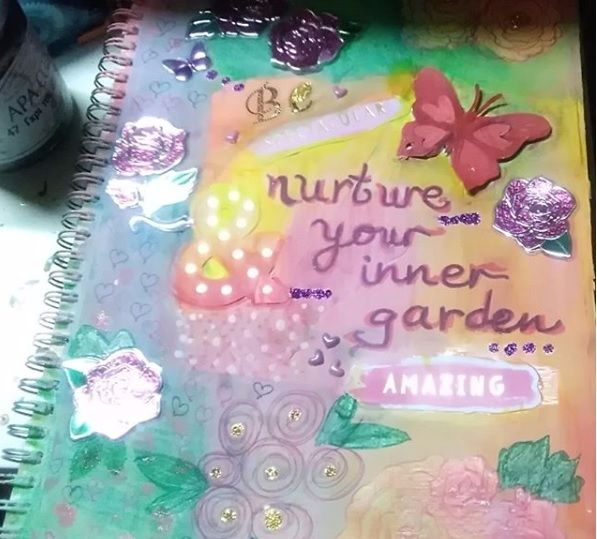 Another journal page. A lot of things happenning, made it really busy! #artjournal #spring #stickers #Sophie'sAtelier #amazing #spectacular #sparkle #attemptodobrushlettering #inspirationalquotes ️