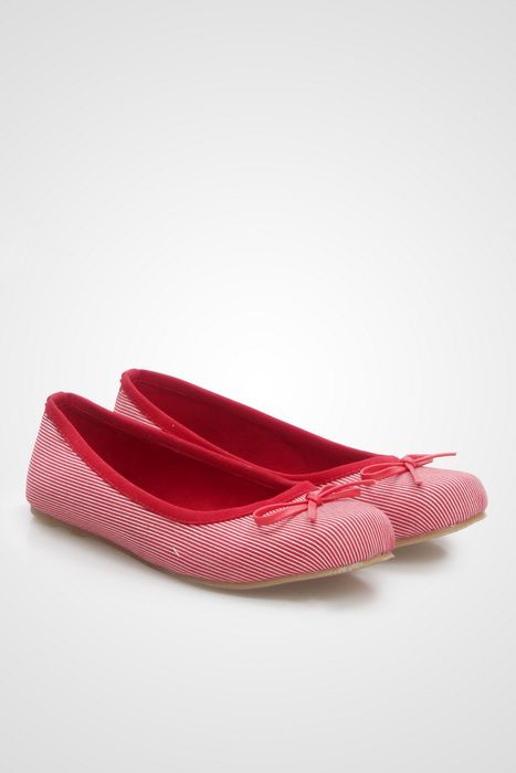 A simple ballet flats by Marc & Struart with a dark blue finishing and a simple bow adorn on it, the perfect shoes for you who likes to look girly. http://www.zocko.com/z/JIi41