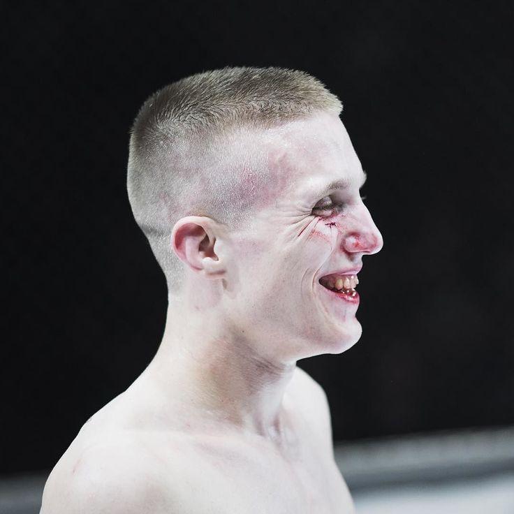Mixed Martial Arts gilt als eine der härtesten Kampfsportarten. Schläge mit den Fäusten Tritte mit den Füssen praktisch alles ist erlaubt. Hier freut sich der Schweizer Kämpfer Benjamin Brander über seinen Sieg an der Fight Night in Horgen. [Christoph Ruckstuhl] #fight #fighter #martialarts #mixedmartialarts #winner #winnergram #allinthemind #will #willpower #boxing #boxen #sieger #joy #nofilter #nzz by nzzphoto