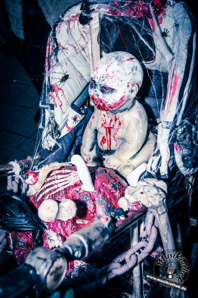 Die 45 gruseligsten Halloween Ideen! Horror Dekoration zu Halloween selber machen. Ihr braucht: Kinderwagen, Puppe, Kunstblut für die Wunden, Messer und Deko Elemente. DIY Halloween Deko Idee. Cool gemacht und ganz schön blutig! Besucht die Website für weitere Ideen. Foto @ David Hennen, Musikiathek