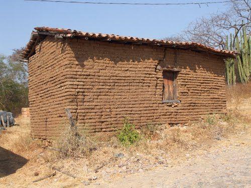 casa de adobe y techo de paja