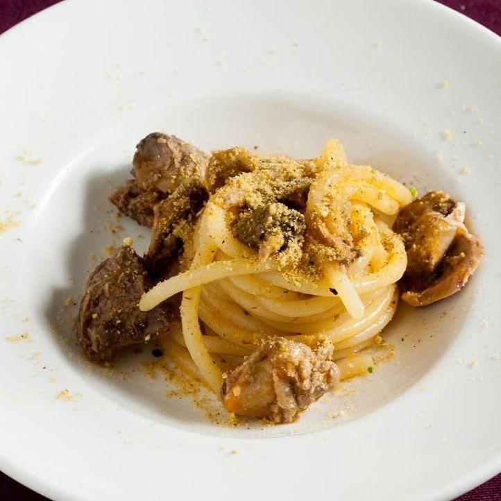 Lei lui e il #tombarello: un'insolita cena di #anniversario tutta preparata da lui seguendo le ricette di @trapignatteesgommarelli : #Spaghetti al #ragù di tombarello con mollica di #pane e #pistacchi - - - - - - - - #c52tonno #acquaementa #food #yum #instafood #yummy #tasty #delicious #eating #foodpic #foodpics #eat #hungry #foods #igersmantova #igerslombardia #dinner #lunch  #dairyfree #calendariodelciboitaliano #calendar52 #italianfoodcalendar #fish @calendar_52