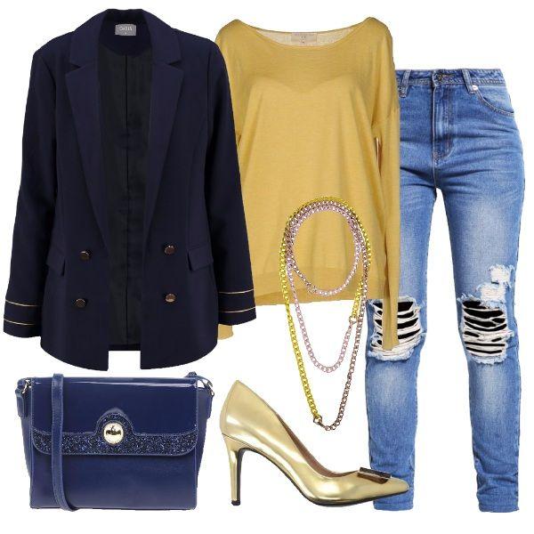 I jeans modello comodo con strappi sulle ginocchia sono abbinati ad un maglioncino coloro oro morbido. Per coprirsi giacca blazer blu con bottoni e dettagli sulle maniche dorati. Al collo collana lunga a catena in vari colori dell'oro e dell'argento. Ai piedi décolleté oro con applicazione sulla punta di placchetta. Per finire tracollina in vernice blu con dettagli luccicanti tono su tono.