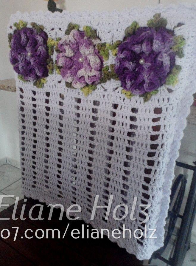 Jogo com 6 capas de cadeira brancas com flores na cor roxa e trilho de mesa comprido no mesmo estilo.    Pode ser feito em outras cores.    Para quantidades menores ou personalização do pedido, consulte o vendedor.