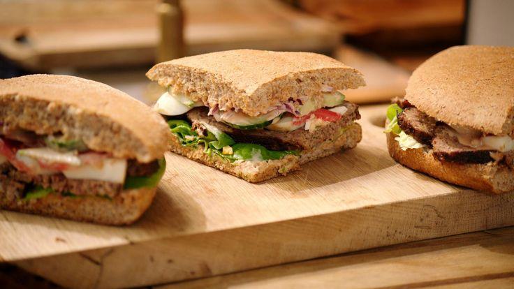 Jeroen maakt een Marokkaans brood opgevuld met gehaktbrood zoals zijn vader het maakte. Het is een ideaal gerecht voor een picknick of om mee te nemen onderweg naar je vakantiebestemming.