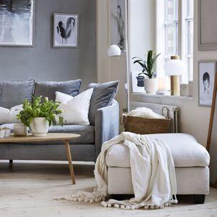 <span>Skandinavisk stil i svala toner. Pläd med bollfrans från Indiska. Svängd soffa från Mio. Soffbord i lackad ek från EM.</span>