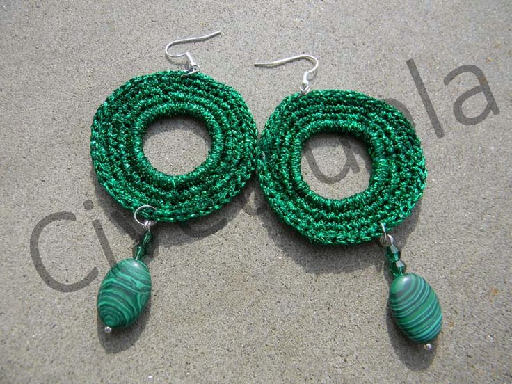 Orecchini crochet in lurex verde con pendente in malachite
