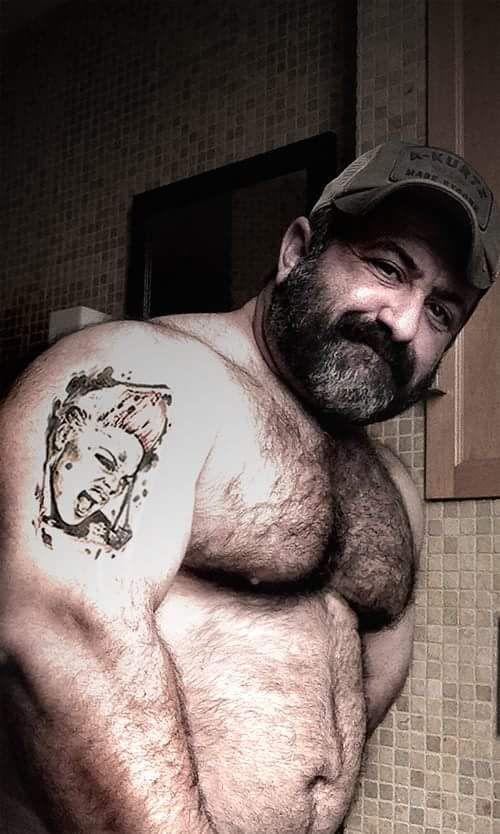 Pin di Zuanne Nieddu su Luke mills | Big men, Hairy chest ...