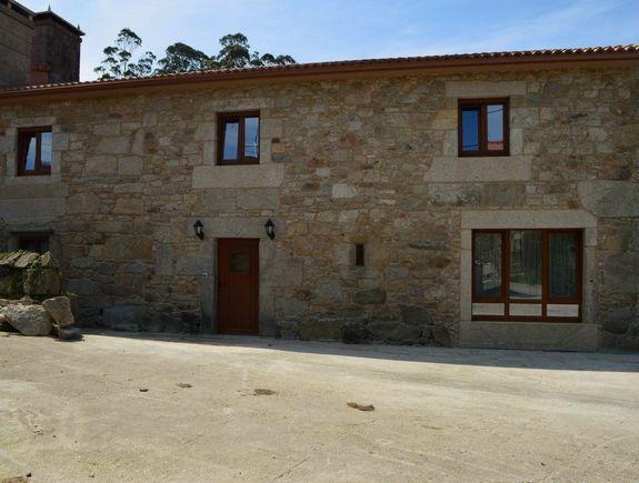 A CORUÑA, DUMBRIA. Casa Rural La Casa o Leiteiro.  6 Habitaciones. Antigua casa de labranza restaurada Cuenta con 6 habitaciones (una #adaptada),  5 baños, cocina, salón-comedor y  #lareira. Capacidad para  12 personas (+2). Amplio jardín con #barbacoa cubierta dentro de una finca con un pequeño riachuelo, una fuente y un #hórreo. Está cerca de sitios de interés como #Vimianzo,  #CabañaDeBergantiños, #Laxe, #Malpica, #CaboFinisterre y la ría de Muros y #Noya.  #CasaRuralGrande…
