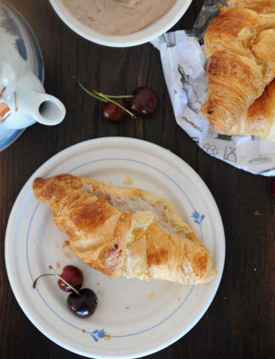 burczymiwbrzuchu: Śniadanie do łóżka #106: Croissant z kremem migdałowo-bananowym