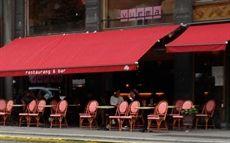 Bouganville stol med flätad sits och rygg där flera olika färger finns och mönster på flätningen. Sen är stommen av äkta rotting. Stolar man kan se hos cafe och restaurang Vurma på Birger Jarlsgatan i Stockholm. #cafemöbler #restaurangmöbler #utemöbler #utestolar #cafestolar #restaurangstolar #dialoginterior