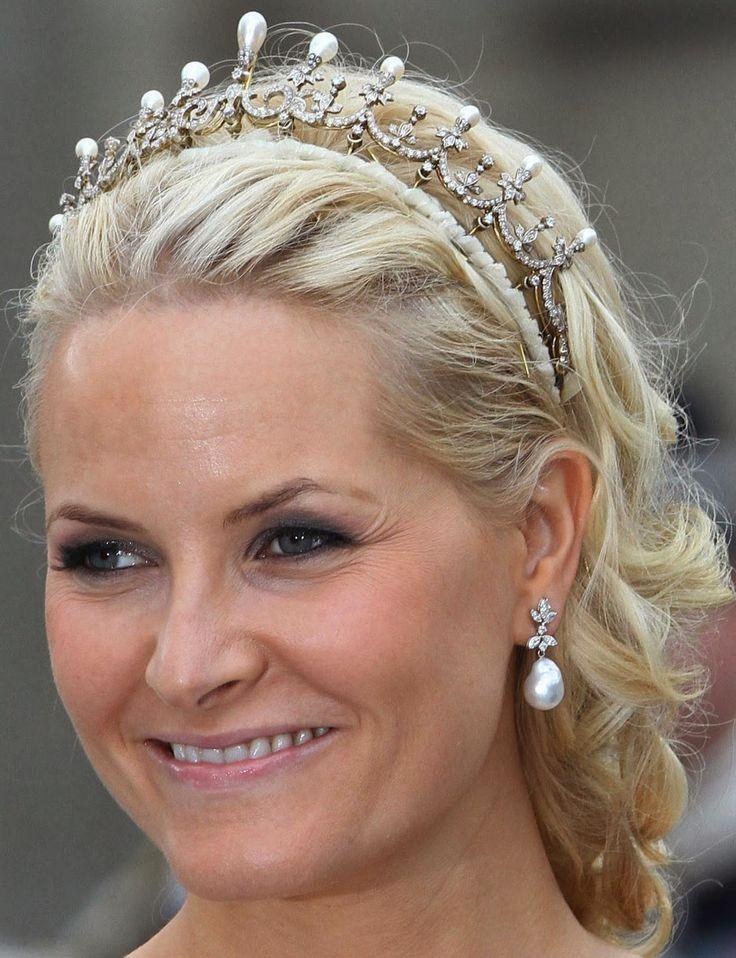 Parmi les tiares historiques de la Famille de Norvège figure celle de la Reine Maud. C'est sans contexte celle que la Reine Sonja porte le plus souvent avec ou sans le motif central. Cette tiare de perles et de diamants  est sans doute un cadeau fait à la Princesse Maud pour son mariage avec le Prince Carl de Danemark qui règnera sur la Norvège sous le nom de Haakon VII..