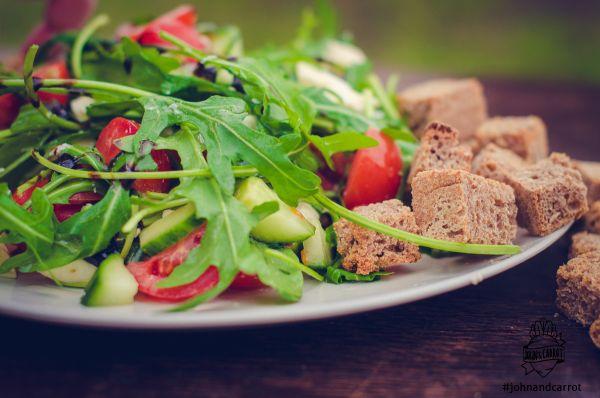 Rukolový salát s mozarellou a celozrnnými krutony