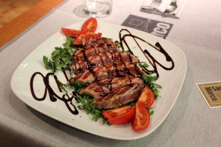 Un ottimo modo per gustare il tonno fresco? Magari con quel tocco in più che lo rende speciale? La risposta te la serviamo sul piatto....;-) Tagliata di tonno con aceto balsamico. www.pizzeriasanmarcoroma.com