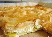 Börek mit Lauch türkische Spezialität mit Yufka - Teig, Lauch, Joghurt und Hüttenkäse, eine Art Strudel