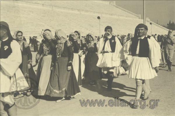 Εορτασμοί της 4ης Αυγούστου: άνδρες με παραδοσιακές ενδυμασίες της Αττικής (Μέγαρα) στο Παναθηναϊκό Στάδιο.1937.