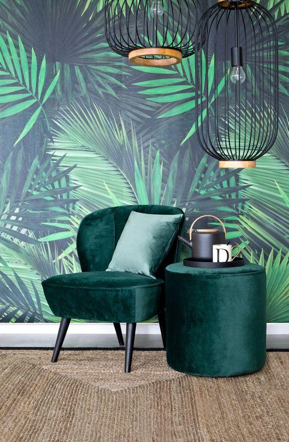 Statement Sessel! Das saftige Grün wurde zur Pantone-Farbe des Jahres 2017 gewählt. Es erinnert uns an Avocados, Macarons und Tropen-Prints und kommt jetzt auch im Interior ganz groß raus. Als Tapete mit Palmen-Print, auf Kissen in Wandbildern oder als Sessel-Farbe – wir finden ein grüner Samt-Sessel ist das neue Must-have in unserem Zuhause!// Sessel Ideen Palmenprint Grün Samt Velvet Greenery Wohnzimmer Schlafzimmer Lesen Ecke #Sessel