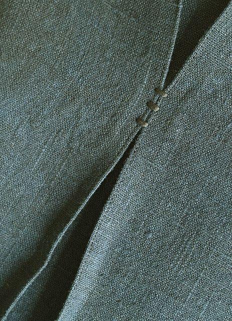 couture : détail d'un pli, bleu-gris