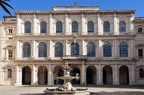 El arquitecto Maderno había construido las alas laterales  que englobó el Palacio Sforza. Al morir este, y bajo la dirección de Bernini,   remodelaciones. Entre su habitual grupo de colaboradores se encontraba su  rival, —sobrino de Maderno—,  Borromini, que  gran talento diseñando una bellísima escalera helicoidal; también se le atribuyen a Borromini las ventanas laterales altas de la logia principal. Bernini se encargó —de re-ordenar la fachada principal y hacer la escalera de honor.