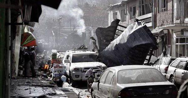 Medio Oriente | Más de cien muertos en un atentado en el centro de Kabul  Foto: WEB  Una ambulancia bomba explotó ayer y dejó además 235 heridos. Es el más letal ataque en Afganistan en lo que va del año y el segundo más mortífero en la capital en ocho meses.  El gobierno de Afganistán informó hoy que el saldo de víctimas del masivo atentado de ayer de los talibanes con una ambulancia bomba en el centro de Kabul la capital siguió creciendo y ya alcanzó los 103 muertos y los 235 heridos.  El…