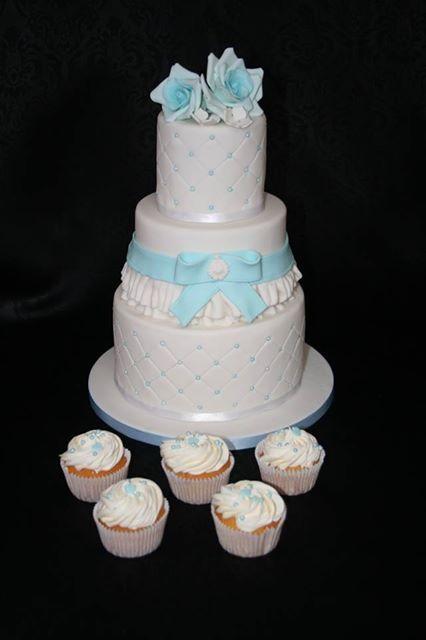 Juffrouw Taart: Wit met blauwe bruidstaart