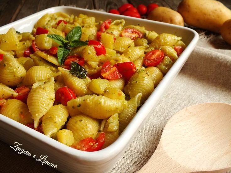 Questa pasta e patate estiva è un primo piatto molto veloce da preparare ed estremamente appetitoso che è ottimo sia caldo che a temperatura ambiente.