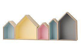 Süßes Wandregal mit kleinen, unterschiedlichen Hausfronten. Innen in fröhlichen Pastelltönen, aussen natur, von Bloomingville.