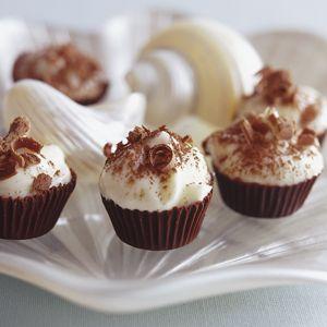 Donkersjokolade-bakkies met witsjokolade-mousse