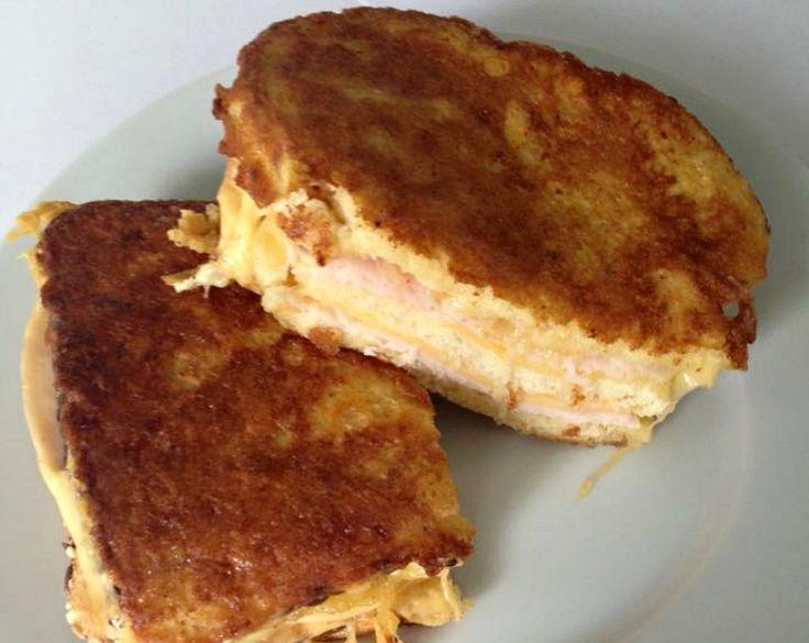 Amerikaanse monte cristo sandwich, heerlijk als lunch! Het is erg machtig, maar ik vind het heerlijk zo nu en dan. Neem 3 sneetjes brood elk sneetje dun besmeren met een mix van mayo en mosterd.