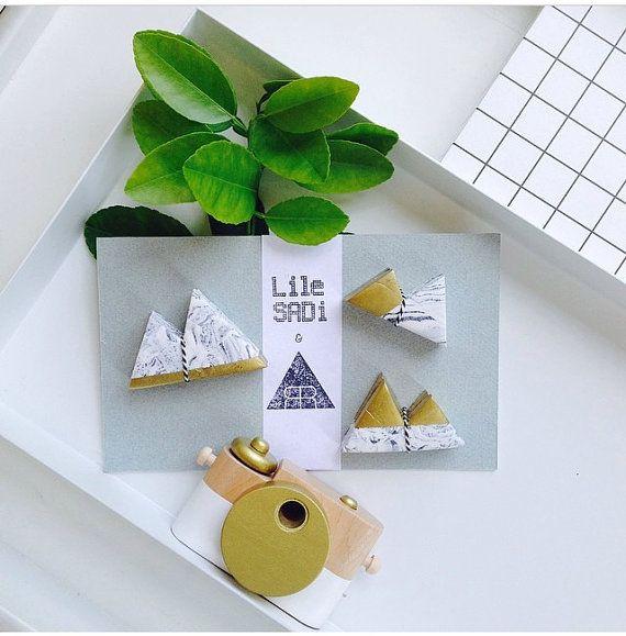 Nous nous réjouissons de notre collaboration avec Studio Rafaele Rohn. Mettre en valeur vos photos et cartes postales sur ces photo et les détenteurs de cartes dans le regard de marbre et dor.  Effet de marbre en fimo / or spray / cuit au four à 110 ° c  Fait main en Rotterdam  Beau comme un cadeau ! Les détenteurs de cartes viennent joliment emballés.  Couleur : anthracite, blanc & or Pack de trois (un de chaque taille)  Tailles: S: 5.5 x 2.5 / M: 6 x 4 cm / l: 7 x 4,5 cm