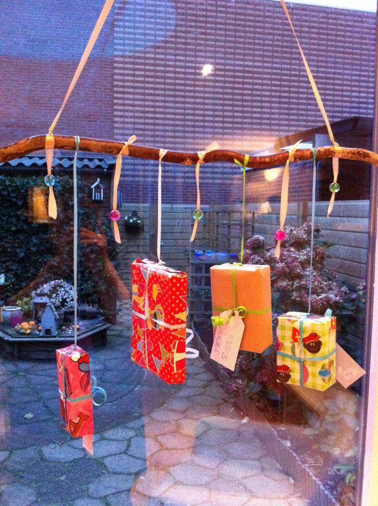 DIY; Versier je raam met pakjes aan takjes :-)