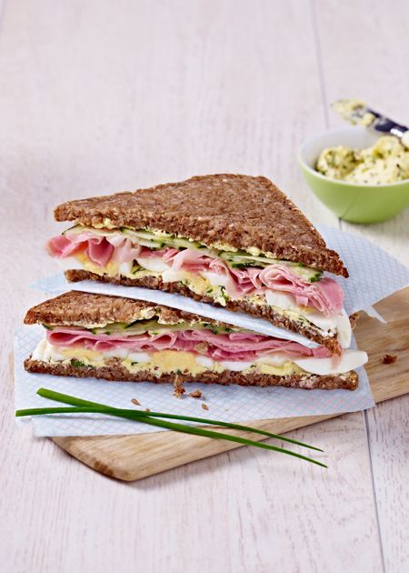 Das Sandwich Ihrer Träume: Vollkornbrot mit Kochschinken, Ei, Gurke, Senf und Schnittlauch.
