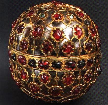 Mughal gem encrusted jewel box. The box is carved feom rock crystal, inlaid with gold in kundan technique and set with rubies and emeralds