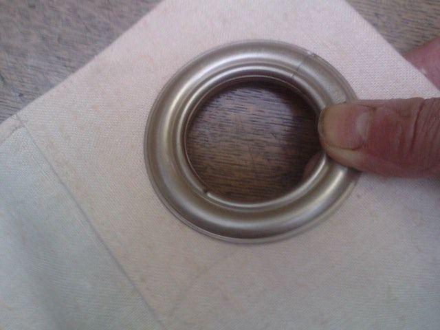 poser des anneaux de rideaux à clipser