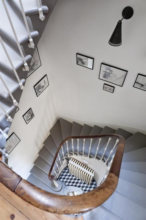 Get to know your classic with this amazing staircase combining the classic and modern style with the color grey | Apprends à reconnaître tes classiques avec cette cage d'escalier qui combine le style moderne et classique grâce à la couleur grise.