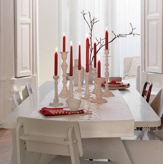 Rood en wit zijn de traditionele kerstkleuren.  Hier subtiel toegepast.