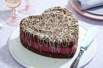Server en smuk kage til festgæsterne