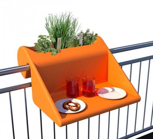 Une mini table pour un mini balcon sur http://www.thetrendygirl.net