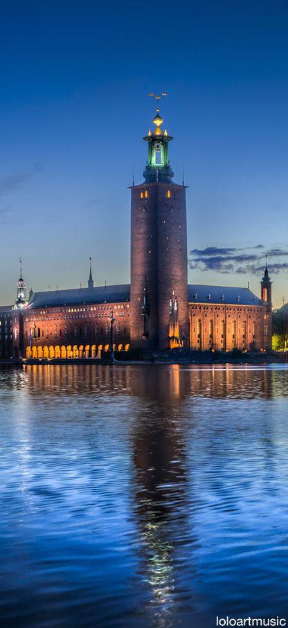 Stockholms stadshus är beläget på den gamla eldkvarnstomten vid Hantverkargatan 1 på Kungsholmen i centrala Stockholm